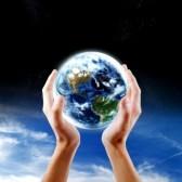 mains tenant la Terre