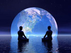 deux personnes en train de méditer